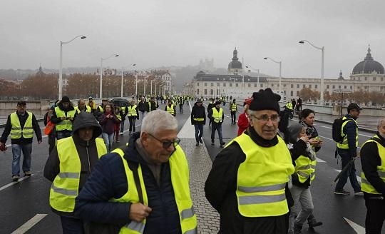 Париж: Разрозненные группы «желтых жилетов» рассеяны погороду