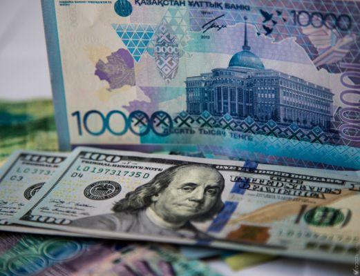 Дедолларизация не удалась: казахстанцы массово скупают доллары
