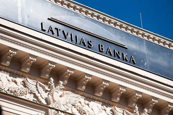 Вкладчики продолжают массово забирать деньги из банков Латвии