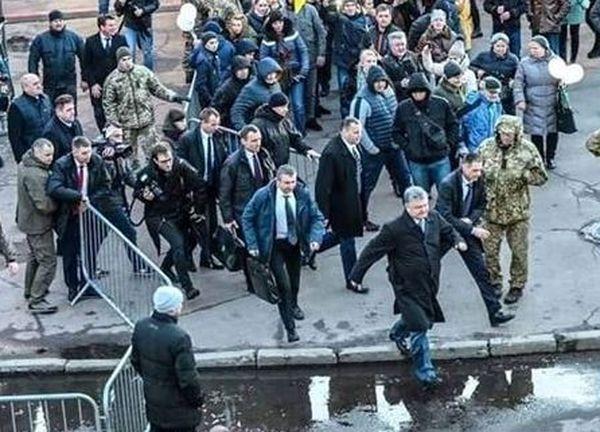 Нацкорпус заставил Порошенко бежать с митинга в Житомире